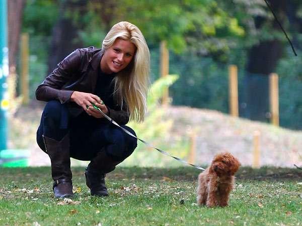 Девушка выгуливает щенка, фото собаки фотография
