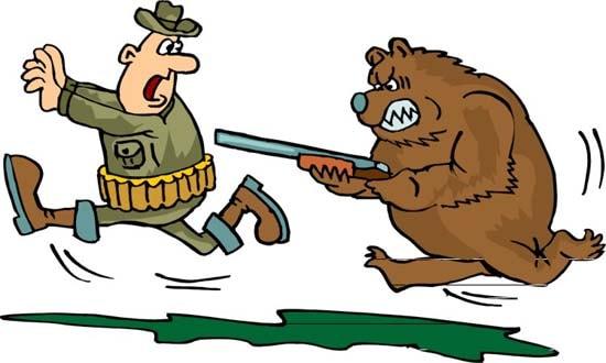 Медведь с ружьем бежит за охотником