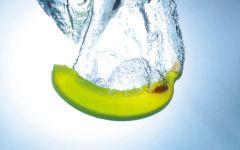 Банан в воде