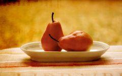 Две груши на тарелке фото