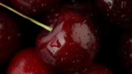 Темно-красная черешня